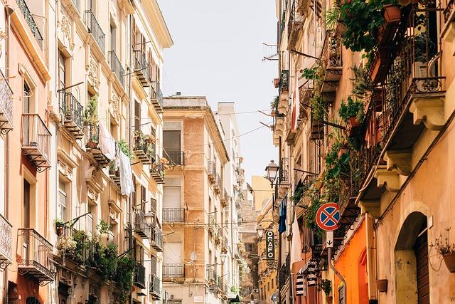balkony nad ulicí