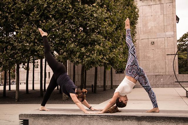 cvičení jógy ve dvou