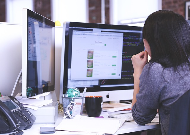 žena u monitorů
