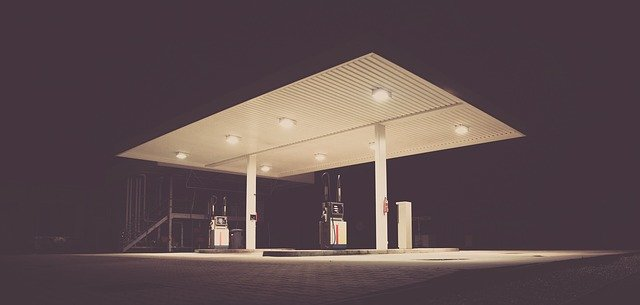 čerpací stanice v noci